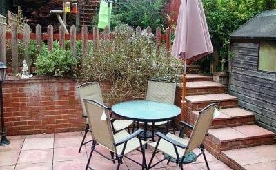 Nicht nur der Garten will gepflegt werden, auch die Gartenmöbel! (Bild: Wikimedia, JoshCool776)
