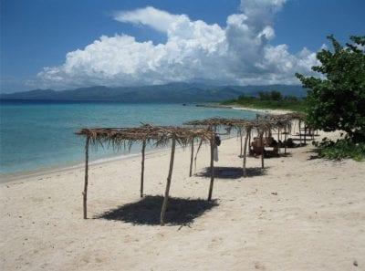 Schöner Sandstrand auf Kuba