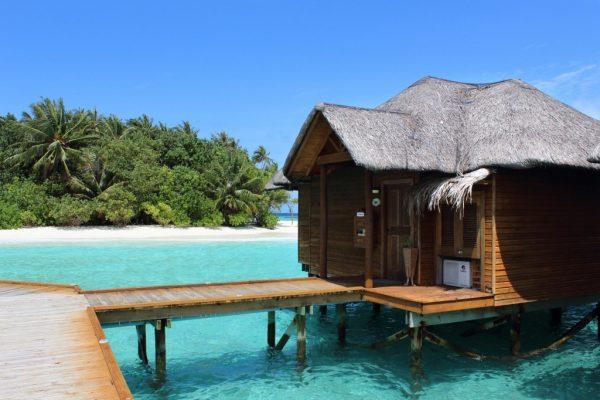 Malediven - Typischer Bungalow direkt am Strand für Luxus-Ferien