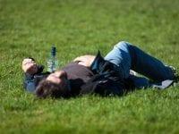 Die 9 besten Tipps gegen Kater: Das hilft bei Kopfschmerzen, Übelkeit und Co