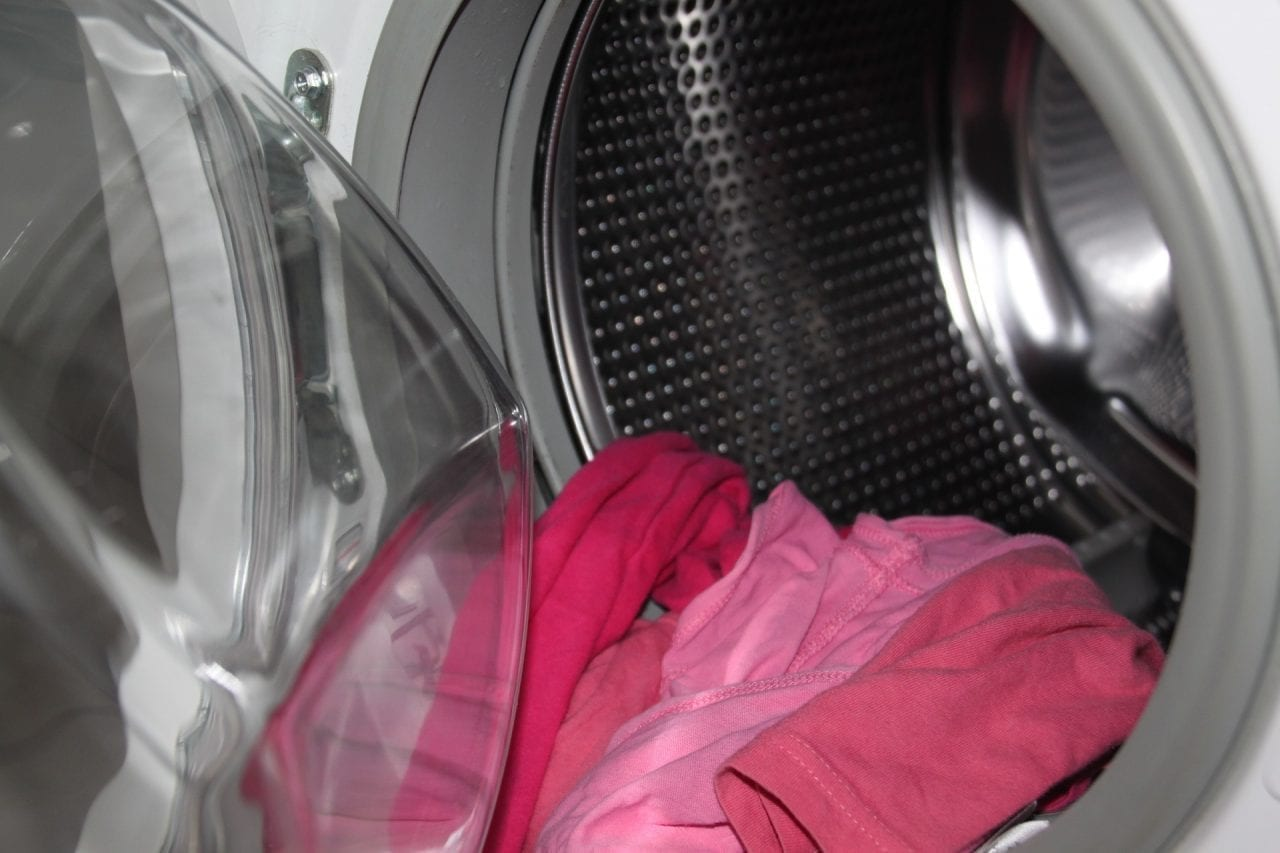 Wäsche in Waschmaschine
