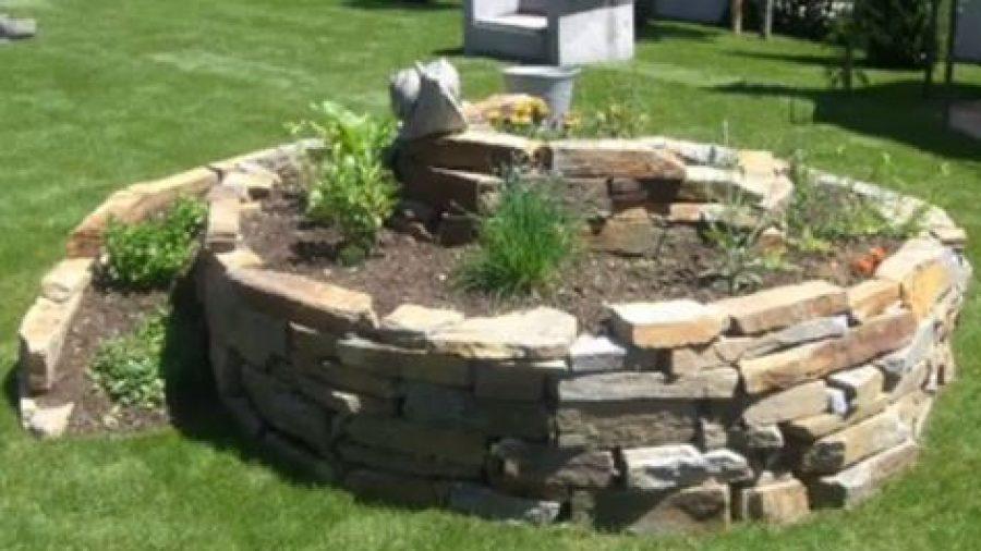 Kräuterspiralen können während der ganzen Vegetationsperiode angelegt werden. Quelle: YouTube